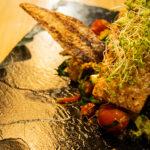 Salmón asado con aguacate fresco y quinoa con vegetales