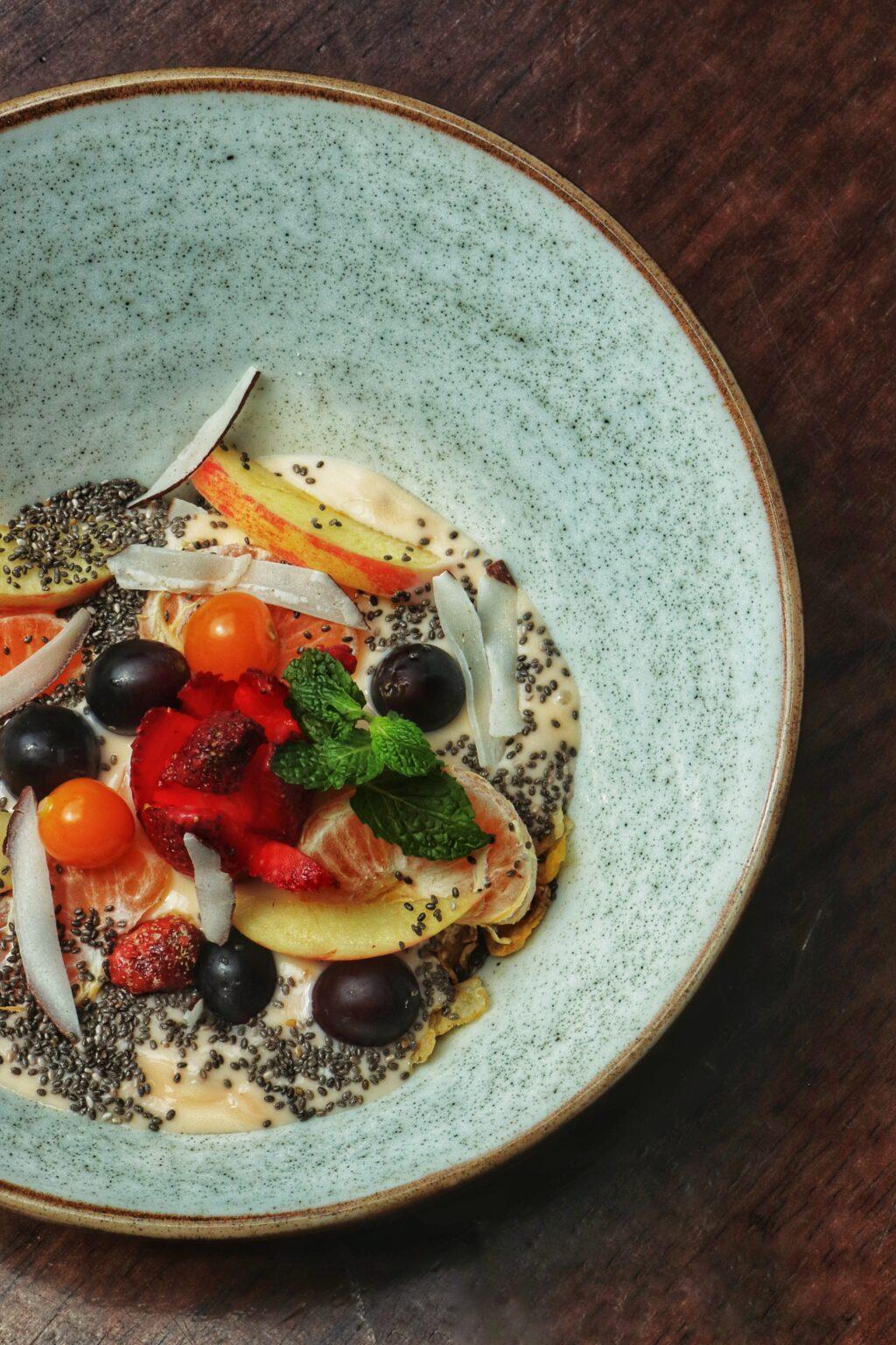 Cereal y fruta: Granola y frutas con yogurt o leche